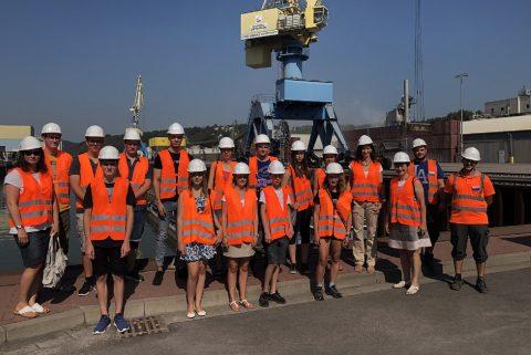 Schüler im Hafen