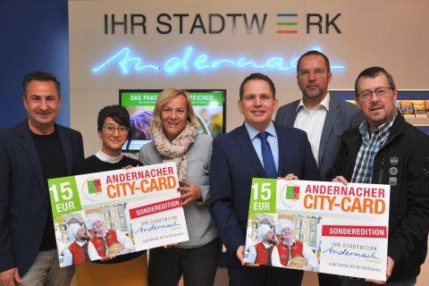 Mitarbeiter der Stadtwerke präsentieren die City-Card Andernach halten