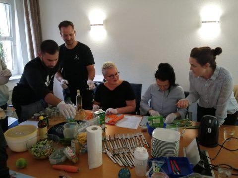 Bei der Zubereitung der gesunden Snacks haben alle konzentriert und mit Spaß zusammengearbeitet.