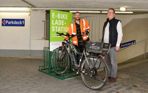 Marco Mondorf (Projektleiter) und Werner Doll freuen sich über die Inbetriebnahme der neuen Ladestation für E-Bikes. ©Meta Welling
