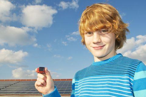 Junge mit kleinem Solarmobil